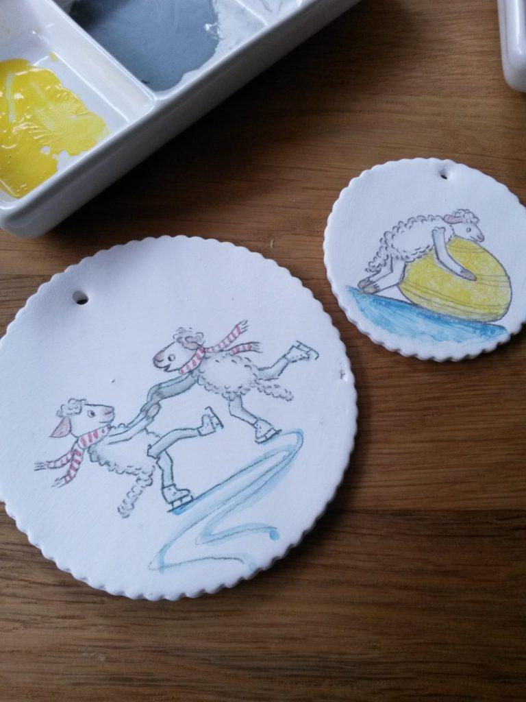 Schafe beim Eistanz. Illustration auf Porzellan Unterglasurfarbe
